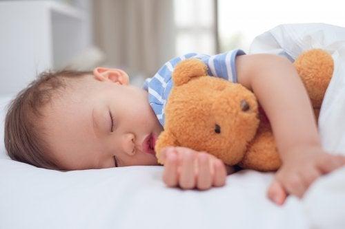 Conseguir que el niño duerma en su cama no es una tarea sencilla y lleva algo de tiempo.