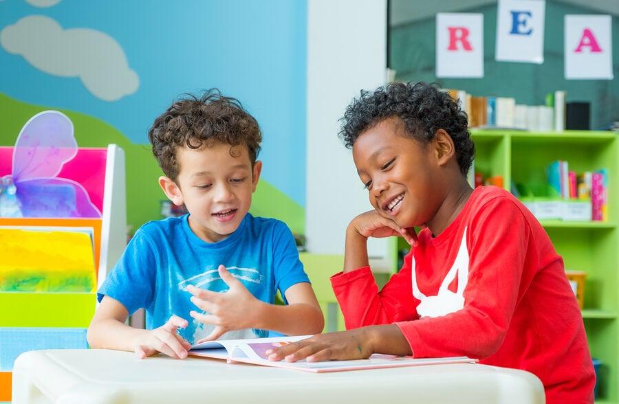 ¿Cómo ayudar a los niños inmigrantes a integrarse en nuevo país?