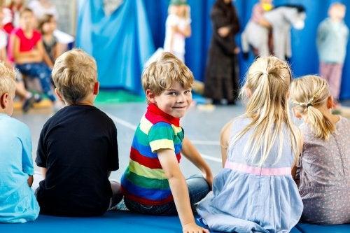 Llevar a los niños al teatro ofrece beneficios para su desarrollo mental y emocional.