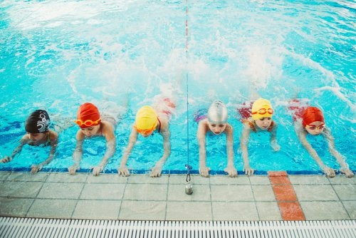 Para el waterpolo para niños, nadar es una necesidad indispensable.