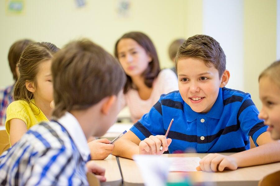 Niños que hablan demasiado en clase