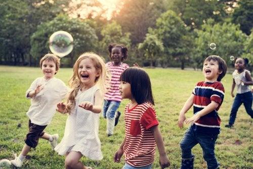 Los beneficios de la amistad en la infancia son fundamentales para la maduración de los pequeños.