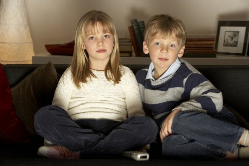 ¿Es bueno que los niños vean mucha televisión?