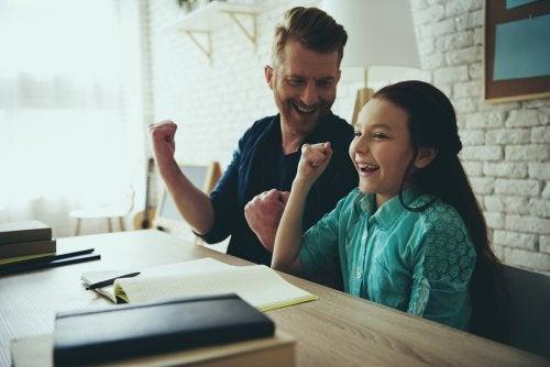 Reconocer sus logros es una de las mejores maneras para educar a tu hijo.