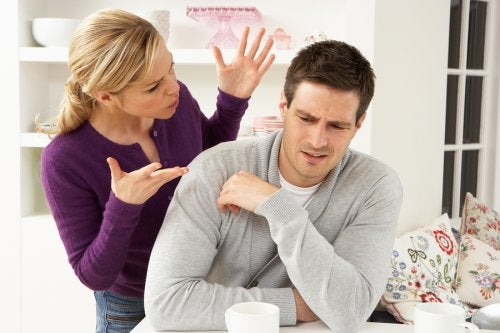 Los problemas de pareja comunes se solucionan con diálogo y comprensión.