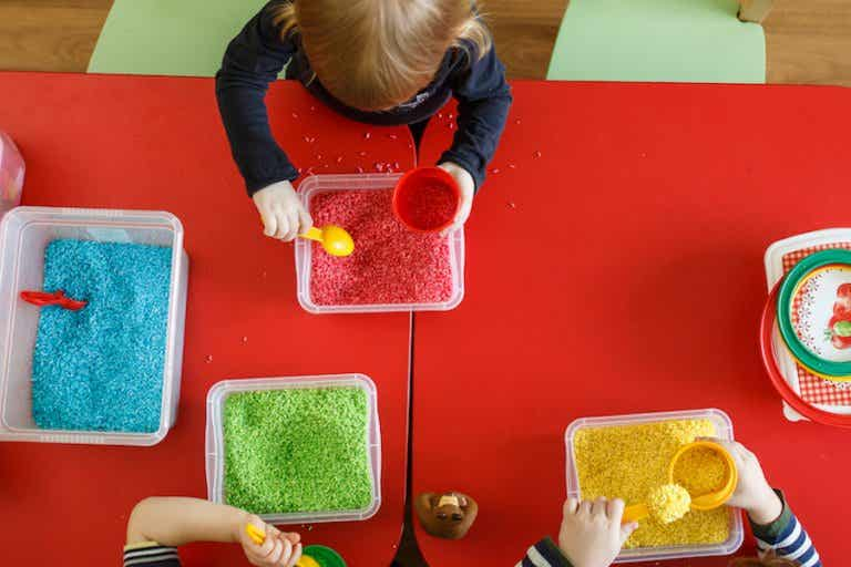 Los juguetes sensoriales para los bebés