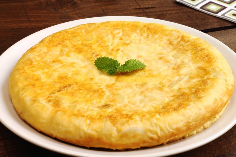 La tortilla de huevo y patatas es un buen plato para los niños.