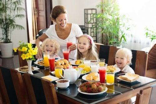 Cuatro zumos de frutas para niños