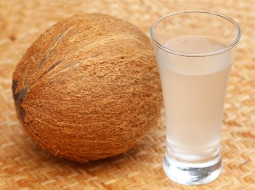 El agua de coco es buena para combatir la diarrea.