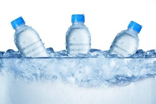 La importancia de enseñar a los niños a beber agua en verano
