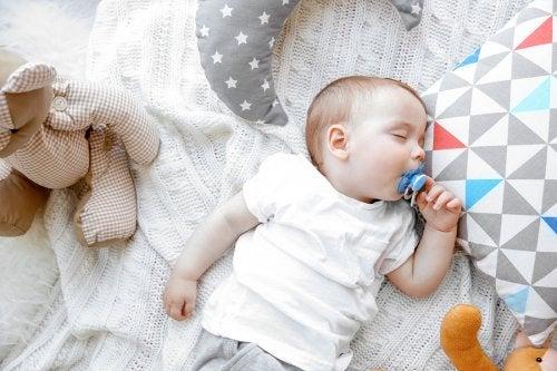 Una de las acciones comunes relacionadas con la respiración del bebé son los frecuentes ronquidos.