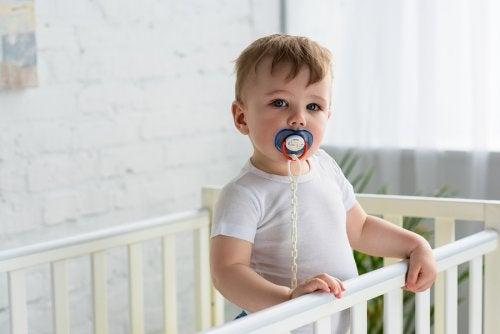 Muchas madres se ven en la necesidad de poner en práctica algunos trucos para quitar el chupete al niño.
