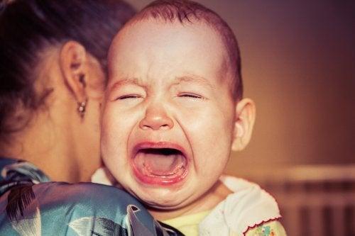 Si mi bebé se despierta siempre llorando, atender sus necesidades y corregir sus hábitos de sueño es la solución.
