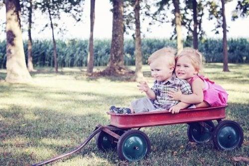 muchos primos de la misma edad comparten el sentido del humor de la familia y han sido criados en un contexto similar.