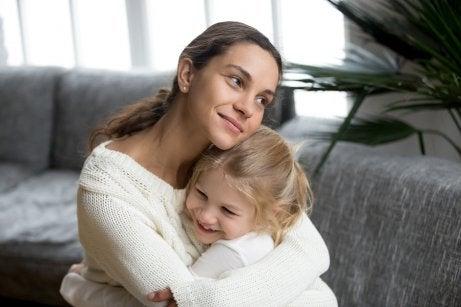 Hay varias técnicas para explicar el amor a los niños, aunque la más adecuada es convertirse en un modelo a seguir.