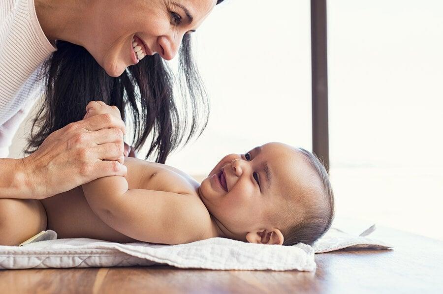 Mamá fomentando el lenguaje no verbal con su bebé.