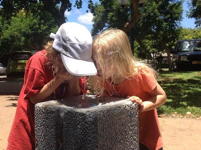 Enseñar a los niños a beber agua en verano.