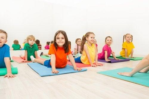 Muchos padres busquen también iniciar a sus pequeños en esta disciplina enseñándoles posturas de yoga para niños.