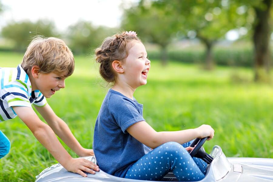 ninos-jugando-carreras-al-aire-libre