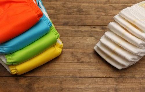 Los pañales desechables y los pañales ecológicos son aptos para crear cestas de pañales para bebés.