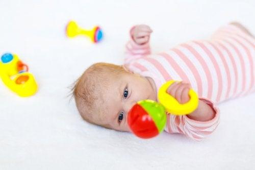 Los juguetes para el recién nacidofuncionales deben tener colores contrastantes y sonidos como cascabeles o melodías agradables