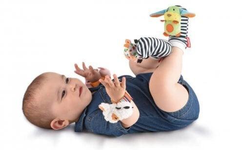 Los juguetes para el recién nacido deben hacer énfasis en sus sentidos.