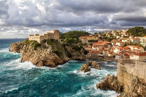 Dubrovnik adquiere una atmósfera tranquila y relajada, mientras que el clima es mucho menos húmedo.