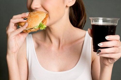 La mala alimentación es uno de los principales hábitos que provocan infertilidad en las mujeres.