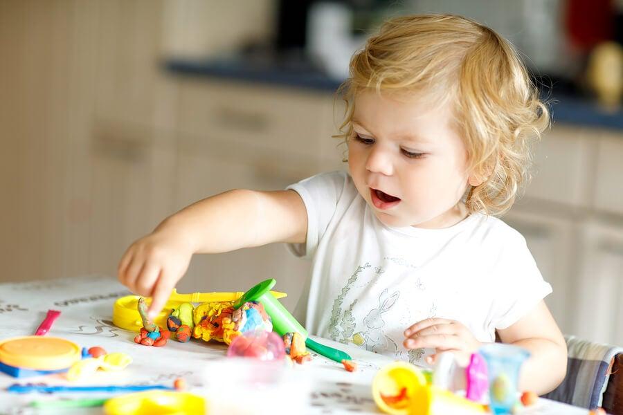 Los juguetes para niños de 2 años pueden ayudarlos a adquirir diversas habilidades.