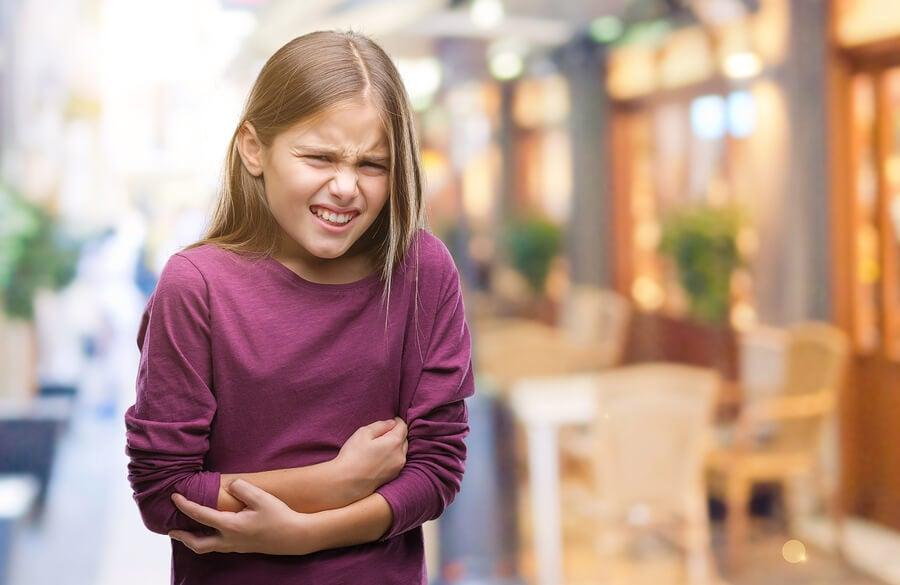 A mi hijo le duele la barriga, ¿qué hacer para aliviarlo?