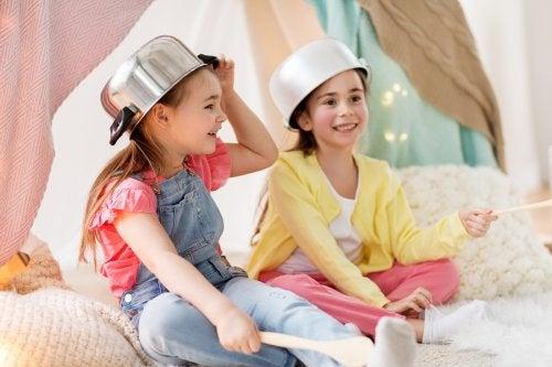 Construir un refugio es una de las vivencias que deben experimentar los niños antes de cumplir 10 años.