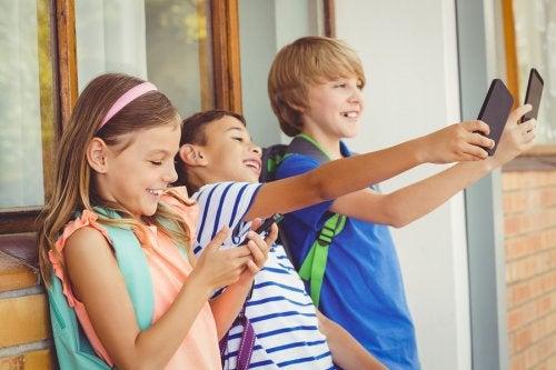 ¿Se debe usar el móvil en el colegio?