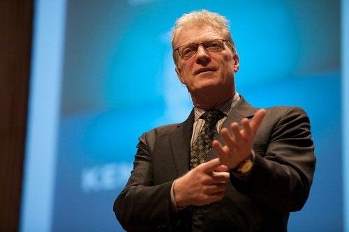 Dejar fluir las ideas innovadoras durante la infancia es la base sobre la que se asienta la creatividad en los niños, según Ken Robinson.