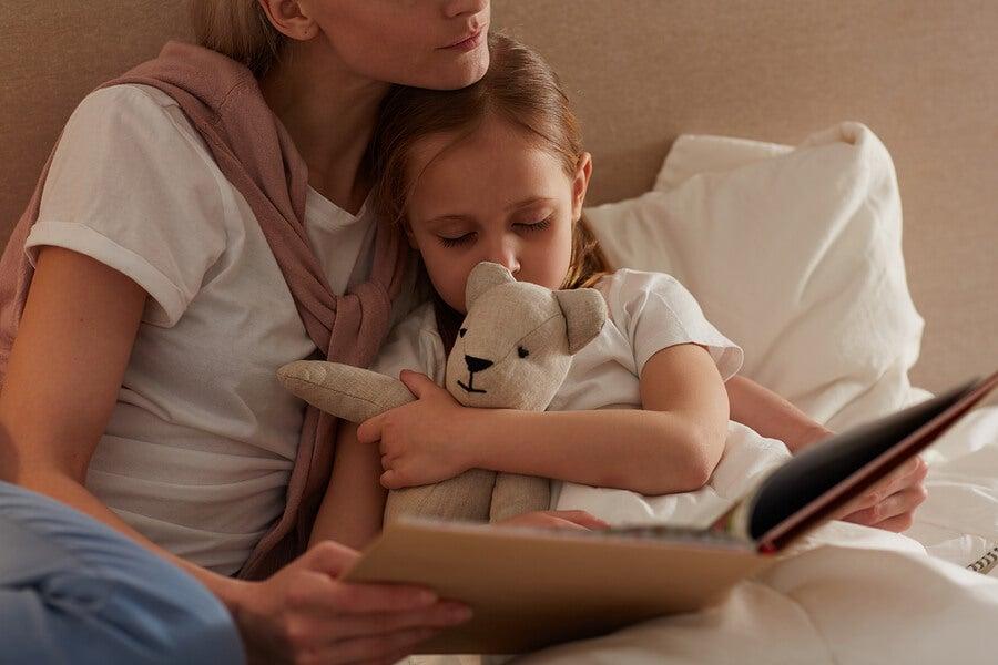 madre-lee-cuento-de-buenas-noches-a-su-hija-dormida