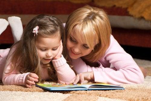 Una manera de educar desde la simplicidad es a través del uso de los rompecabezas y libros de lectura.