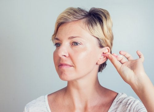 La importancia de la higiene en los oídos: ¿Cuál es la forma correcta?