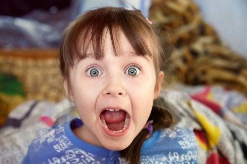 Una de las causas por las que un niño está siempre afónico es por el mal uso de su voz.