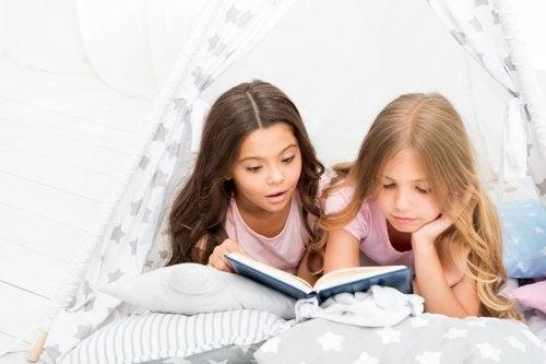 Los cuentos sobre la amistad para niños transmiten valores que mejoran sus relaciones sociales.