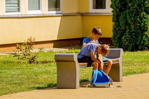 Niño consolando a otro debido a que en el aula han fomentado muy bien la empatía y la amistad.