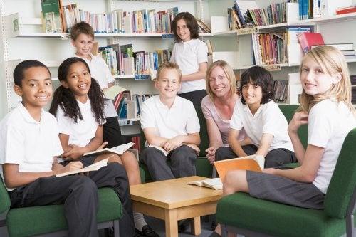 Una de las tantas cosas que causa debate entre los padres y la comunidad educativa es si está bien o no llevar uniforme para el colegio.