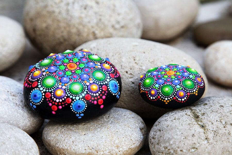 Decorar piedras, una forma sencilla de hacer manualidades