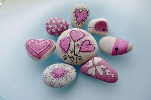 Decorar piedras es, además de un gran entretenimiento, una forma de trabajar la creatividad de los niños.