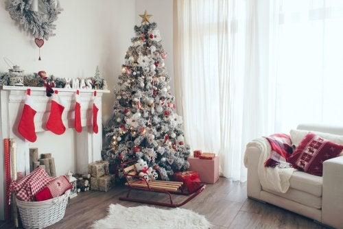 Árbol de Navidad blanco para decorar el salón.