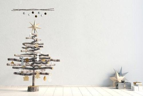 Árbol de Navidad hecho con ramas para decorar el salón.