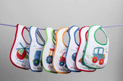 8 maneras de decorar los baberos de tu bebé