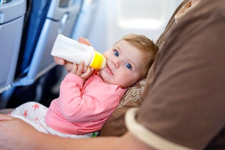 5 consejos para viajar en avión con un bebé sin dificultad