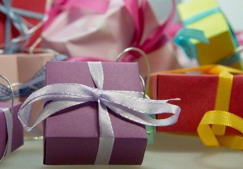 Las cajas de regalo decorativas servirán para decorar la habitación de tus hijos en Navidad e ir preparándose para la gran noche.