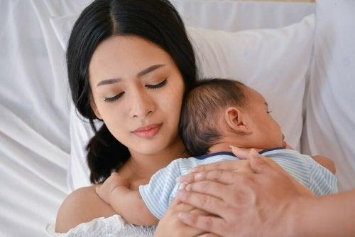 Mamá con su bebé aplicando la maternidad consciente.