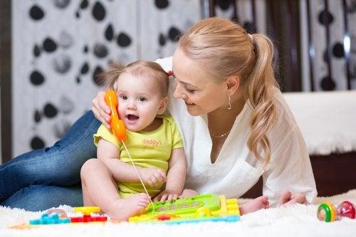 Los juguetes son un gran recurso para estimular al bebé para que empiece a hablar.