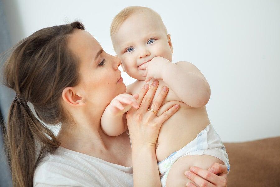 El olor del bebé surge de una combinación de la vérnix caseosa y los restos de líquido amniótico.